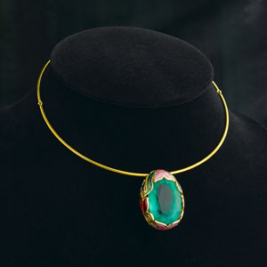 gemstone setting on a necklace